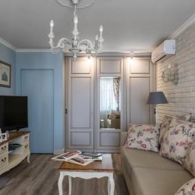 Встроенный шкаф в небольшой гостиной