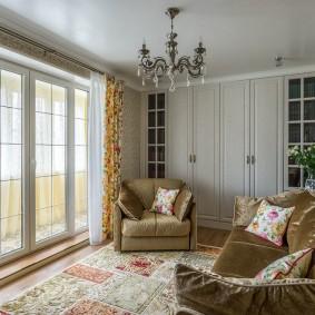 Маленькая гостиная с окном до пола