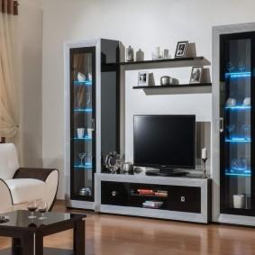 Стенка с узкими шкафами-пеналами