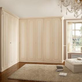 Г-образный шкаф с распашными дверями