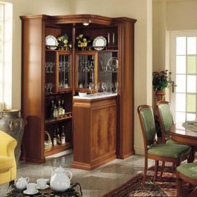 Шкаф из дерева для хранения посуды и напитков