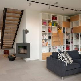 Книжный стеллаж в углу гостиной частного дома