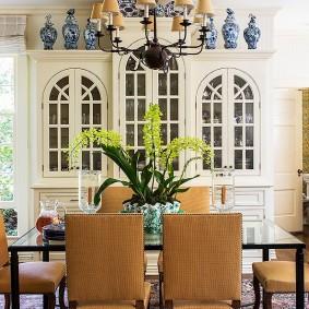 Светло-коричневые стулья с мягкой обивкой