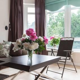 Розовые и белые пионы в вазе на столе