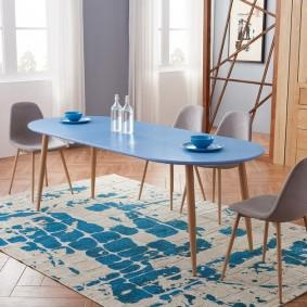 Голубой столик на деревянных ножках