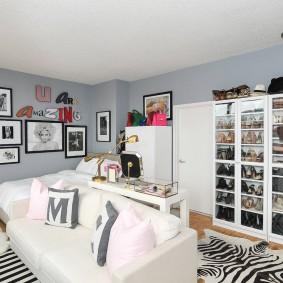 Белый диван в комнате с двухспальной кроватью