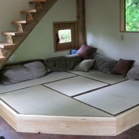 Спальное ложе на угловом подиуме
