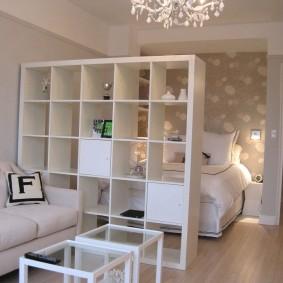 Спальное место за стеллажом в гостиной