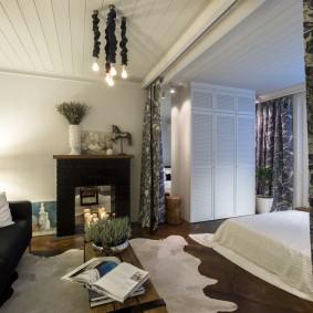 Декоративный камин в интерьере спальни-гостиной