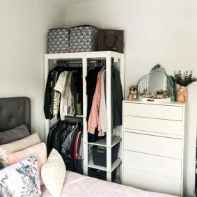 Мини-гардеробная в углу маленькой спальни