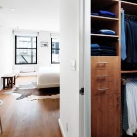 Небольшой гардероб за перегородкой в спальне