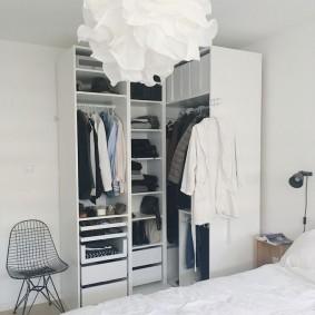 Светильник из бумаги на потолке спальни