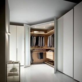 Открытые дверцы углового шкафа