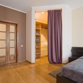 Встроенная гардеробная в просторной спальне