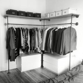 Открытая система хранения одежды в спальной комнате