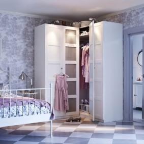Узкие шкафчики в углу комнаты подростка