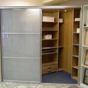 Угловой гардероб с матовыми дверями