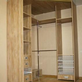 Проволочные корзины в отсеке корпусной мебели