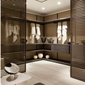 Решетчатые перегородки в гардеробной комнате