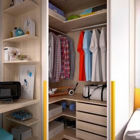 Небольшой гардероб в комнате подростка