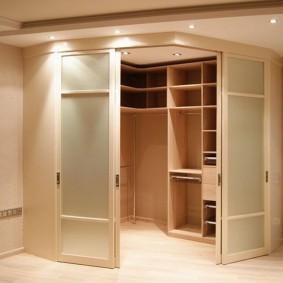 Встроенная гардеробная сложной формы