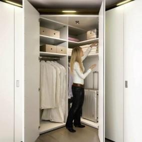 Удобный гардероб в комнате молодой девушки