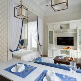 Декор дверного проема белыми шторами с синей полоской