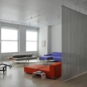 Прямые шторы на потолке гостиной в стиле минимализма