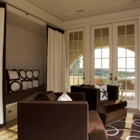 Раскладной диван с коричневой обивкой