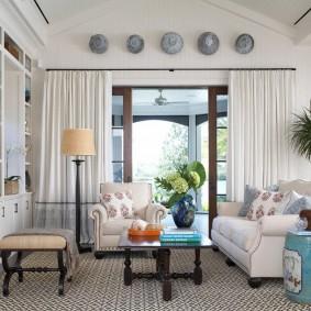 Зонирование шторами зоны отдыха в гостиной