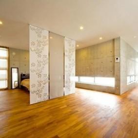 Японские шторы в просторной комнате