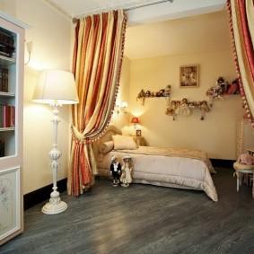 Полосатые шторы с подхватами в спальне-гостиной