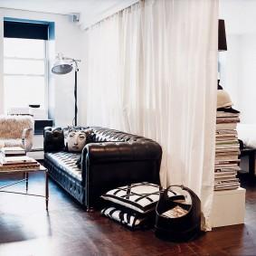 Стильный диван с обивкой из натуральной кожи