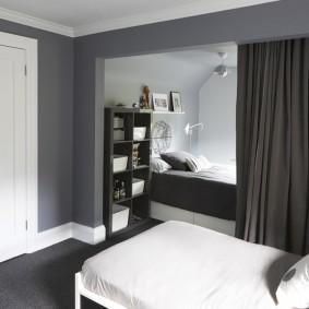 Серые стены в небольшой комнате