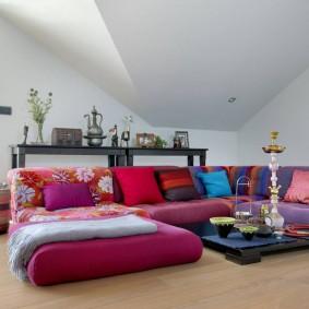 Яркая мебель в мансардной комнате