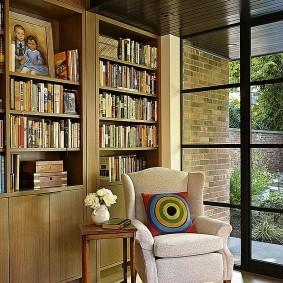 Стеллажи для книг в комнате с окном до пола