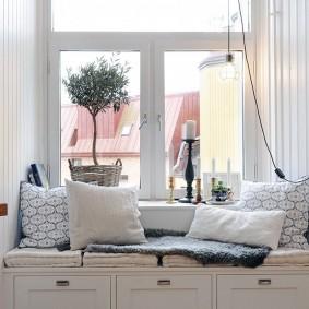 Удобный диванчик вместо подоконника в зале