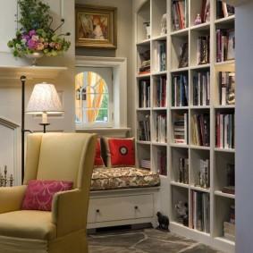 Небольшой диванчик возле книжных полок