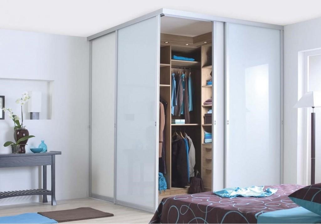 Гардеробная с раздвижными дверями в углу спальни