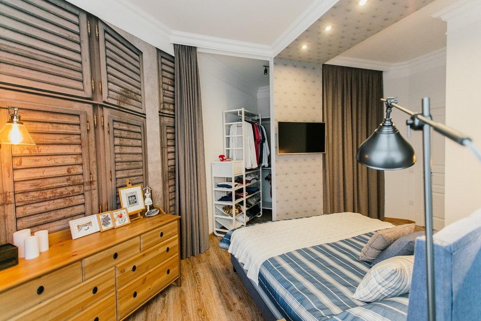 Маленькая спальня с гардеробом за шторами