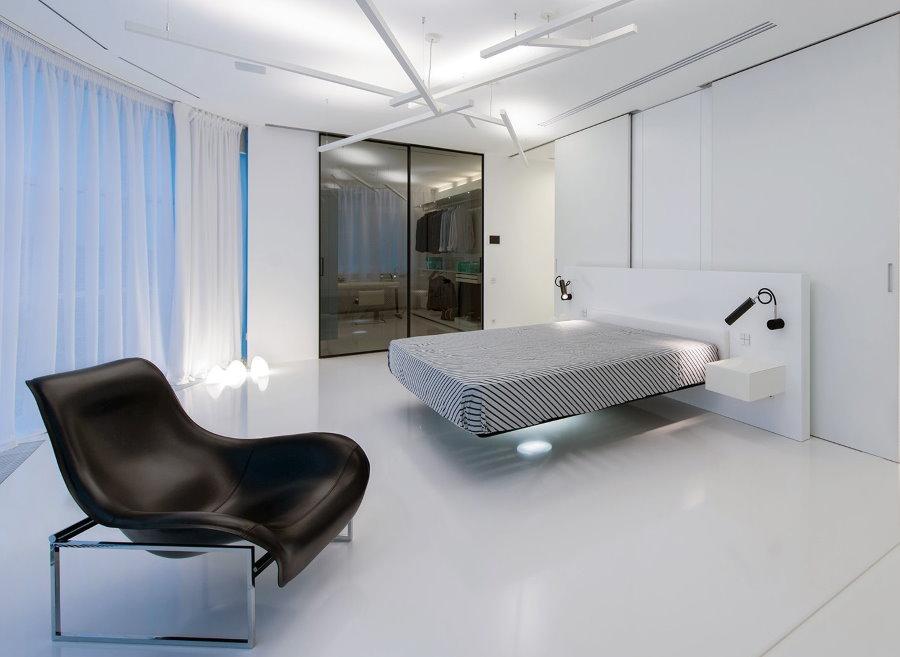 Светлая мужская спальня в стиле хай-тек