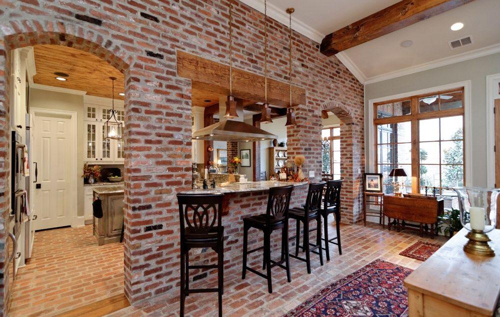 Гостиная в деревенском стиле с кирпичными обоями