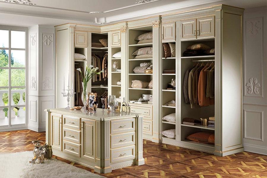 Угловой гардероб в комнате классического стиля