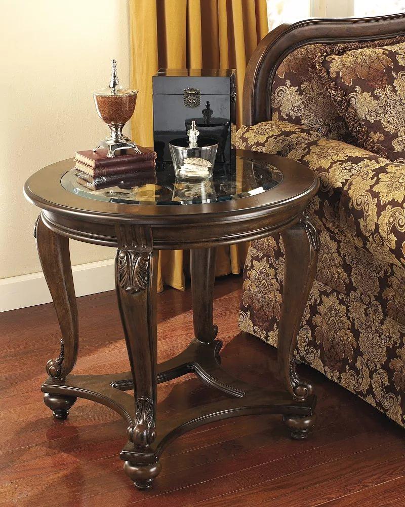 Красивый кофейный столик около кресла в зале