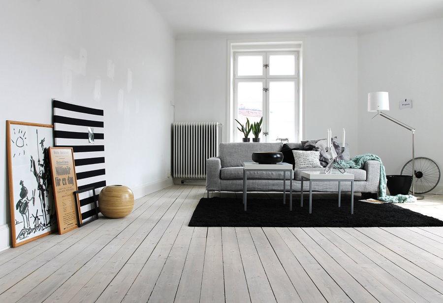 Черный ковер на светлом полу в комнате отдыха
