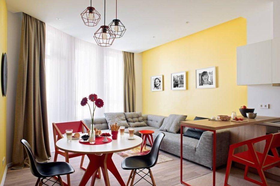 Красный стол в интерьере кухни-гостиной