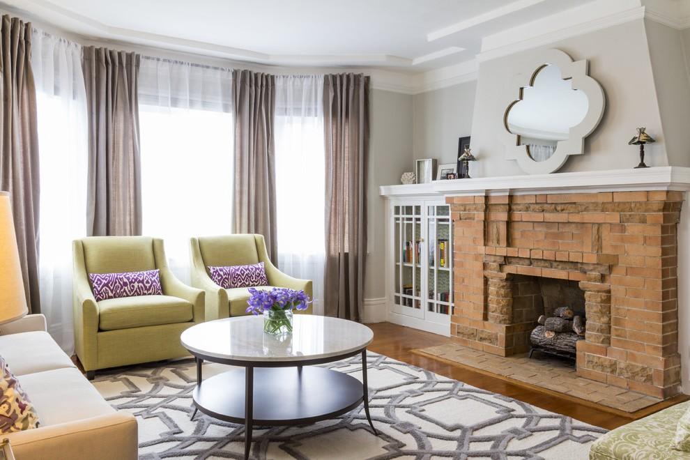 Кресла в каминной зоне гостевой комнаты