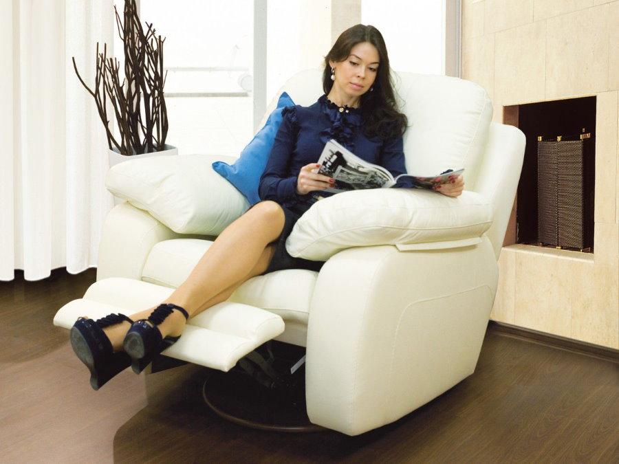 Кресло-реклайнер с обивкой белого цвета