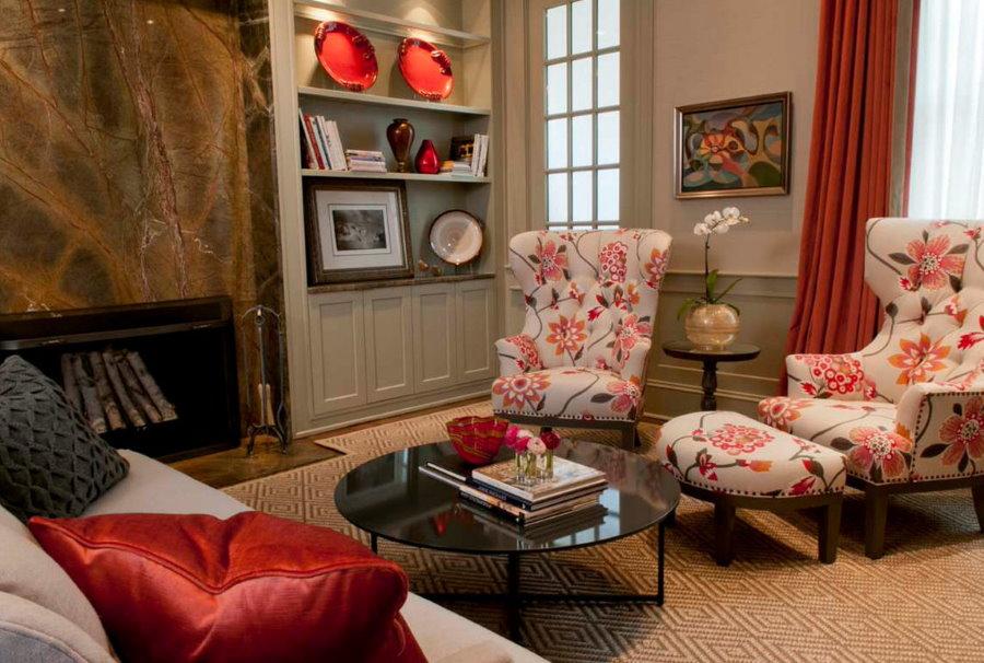 Удобное кресло с подставкой в комнате частного дома
