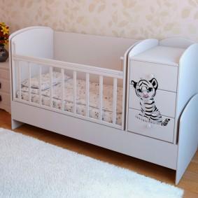 кроватка с пеленальным столиком дизайн фото